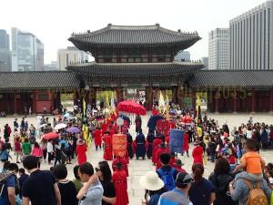 pertunjukan di geongbokung palace